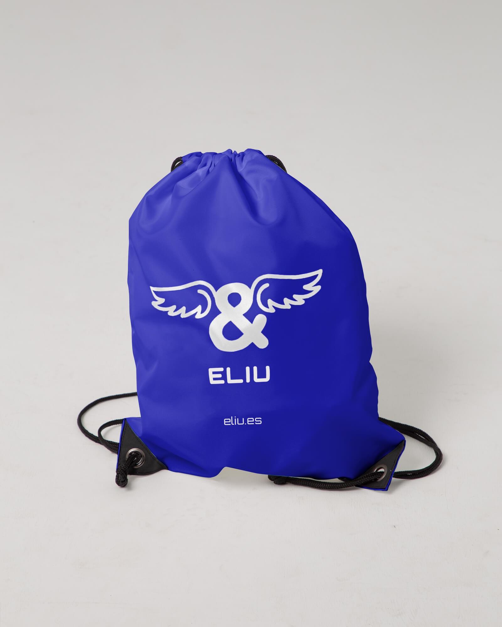 Mochila básica azul con logo en la parte delantera. Estilo urbano marca ELIU streetwear.