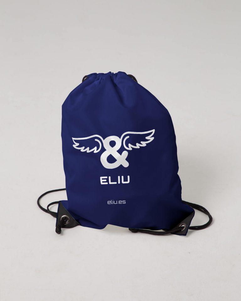 Mochila básica navy con logo en la parte delantera. Estilo urbano marca ELIU streetwear.