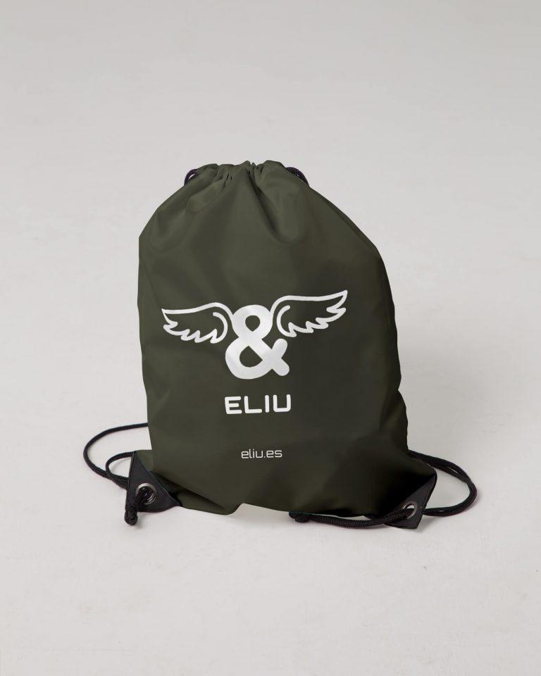 Mochila básica khaki con logo en la parte delantera. Estilo urbano marca ELIU streetwear.