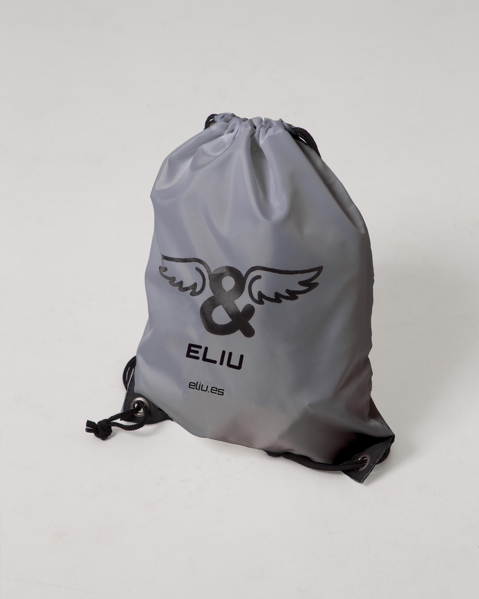 Mochila básica plata con logo en la parte delantera. Estilo urbano marca ELIU streetwear.