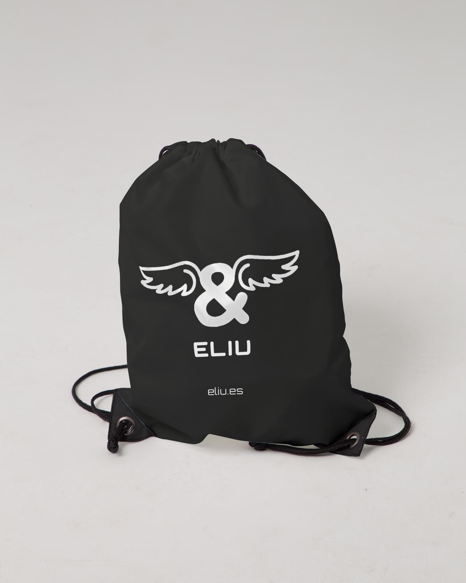 Mochila básica negra con logo en la parte delantera. Estilo urbano marca ELIU streetwear.