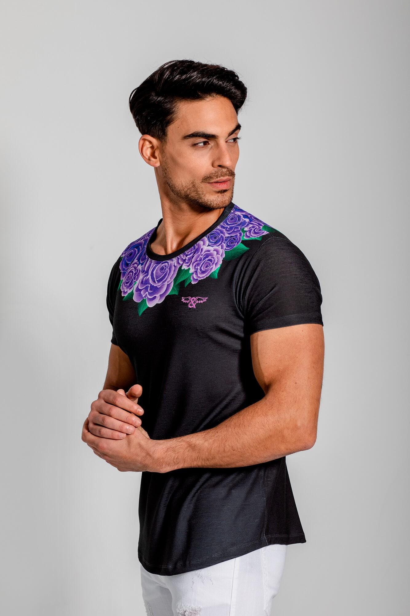 Camiseta cuello estampado de rosas y cuello redondo. Estilo urbano de la marca ELIU streetwear.