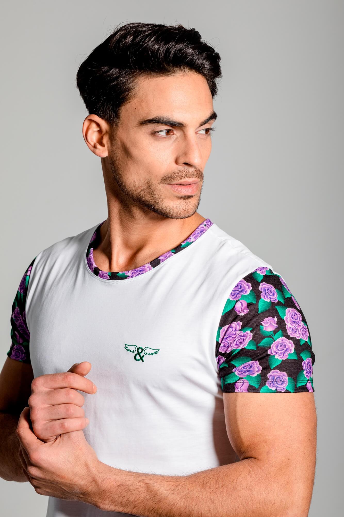 Camiseta con estampado de rosas, de cuello redondo. Estilo urbano ELIU streetwear.