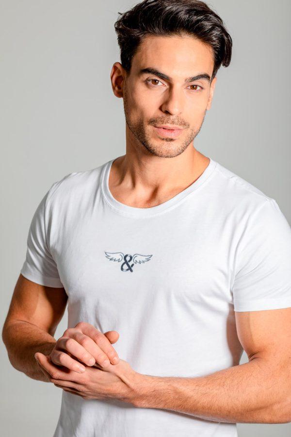 Camiseta clásica de cuello redondo, logo ELIU bordado en el centro y dobladillo redondeado.