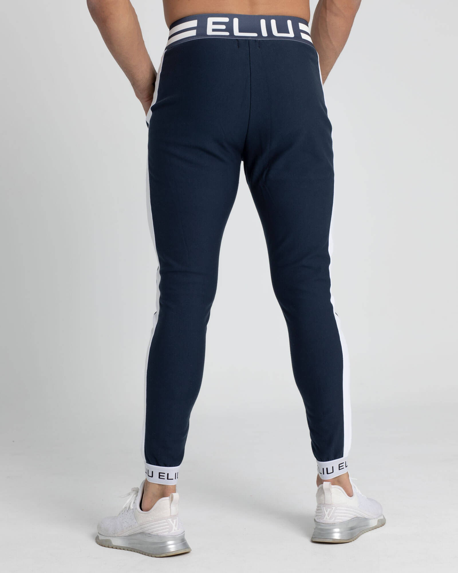 Pantalones de chándal azul marino. Estilo urbano de ELIU streetwear.